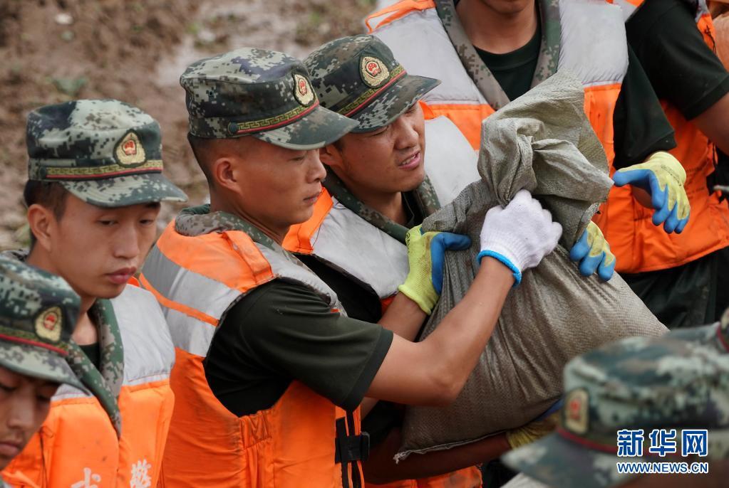 河南鹤壁:军民同心 共筑堤坝