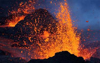 法属留尼汪岛火山喷发 场面壮美震撼