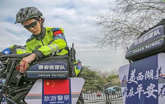 杭州:西湖边铿锵警花绽芳华