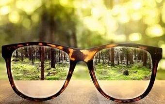 """低龄""""小眼镜"""" 为啥这么多?"""